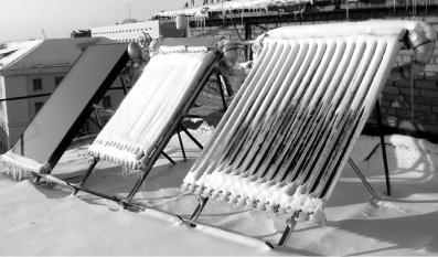 Рис. 1. Испытание разных типов коллекторов (плоского и вакуумных трубчатых) на стенде Лаборатории нетрадиционной энергетики ДВО РАН. Самоочищение от снега